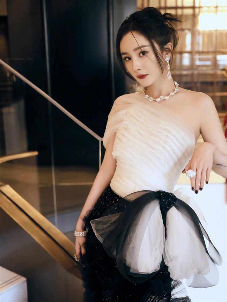 Stylist Triệu Lệ Dĩnh mỉa mai Dương Mịch mặc đồ cũ kém sang-6
