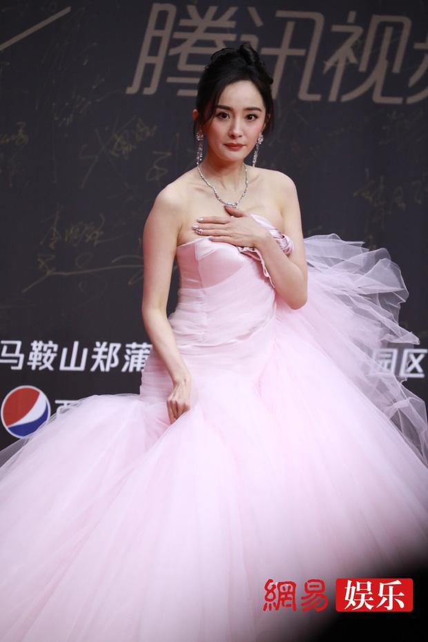 Stylist Triệu Lệ Dĩnh mỉa mai Dương Mịch mặc đồ cũ kém sang-9
