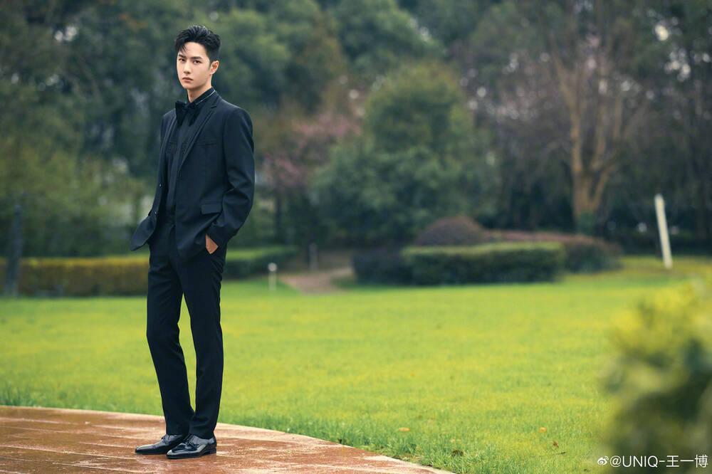 Vương Nhất Bác mặc style nữ tính, điệu chảy nước nhưng fan vẫn mê mệt-7