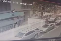 Góc quay cận cảnh anh Nguyễn Ngọc Mạnh đỡ bé gái rơi từ tầng 13