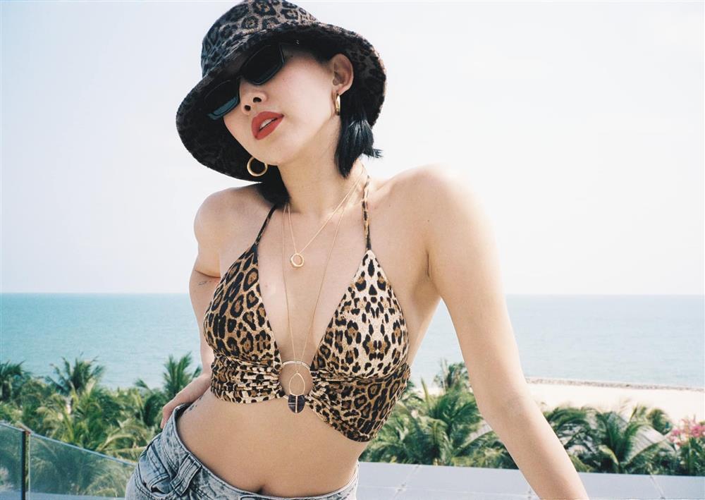 Tóc Tiên mặc áo bikini mang hình bàn tay hư-2