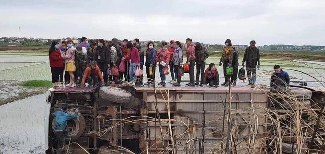 Xe khách lao xuống ruộng lật nghiêng, 40 người nhuốm bùn bò ra cầu cứu-1