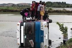 Xe khách lao xuống ruộng lật nghiêng, 40 người nhuốm bùn bò ra cầu cứu