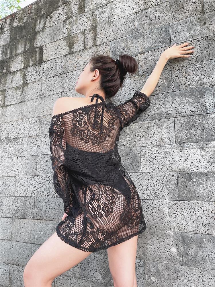 Hoàng Thùy Linh khoe hình áo tắm sexy nhưng bị nhắc nhở: Mặc quần vào-5