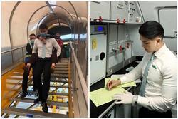 Nam tiếp viên hàng không cõng bà cụ xuống thang máy bay nhận được lời khen