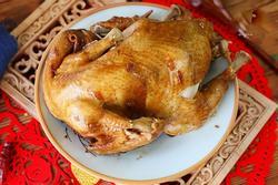 Cho con gà vào nồi cơm điện, 1 tiếng sau được món ngon