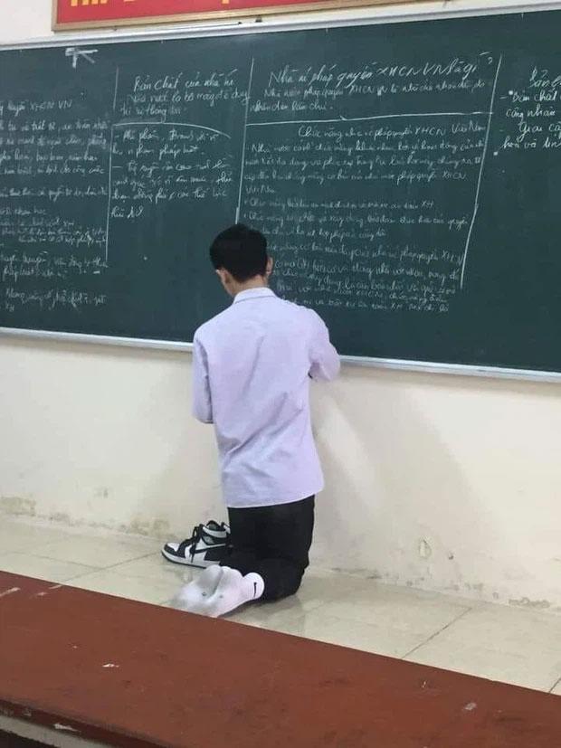 Lên bảng làm bài nam sinh cởi giày hiệu,bóc giá xong mà choáng-1