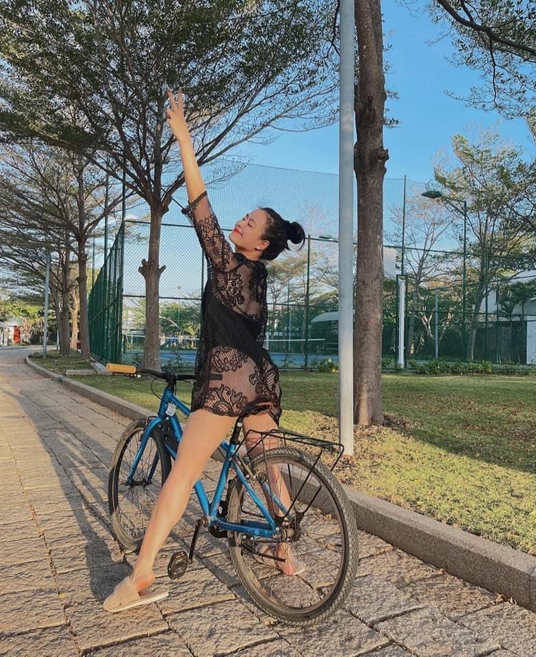 Hoàng Thùy Linh khoe hình áo tắm sexy nhưng bị nhắc nhở: Mặc quần vào-10