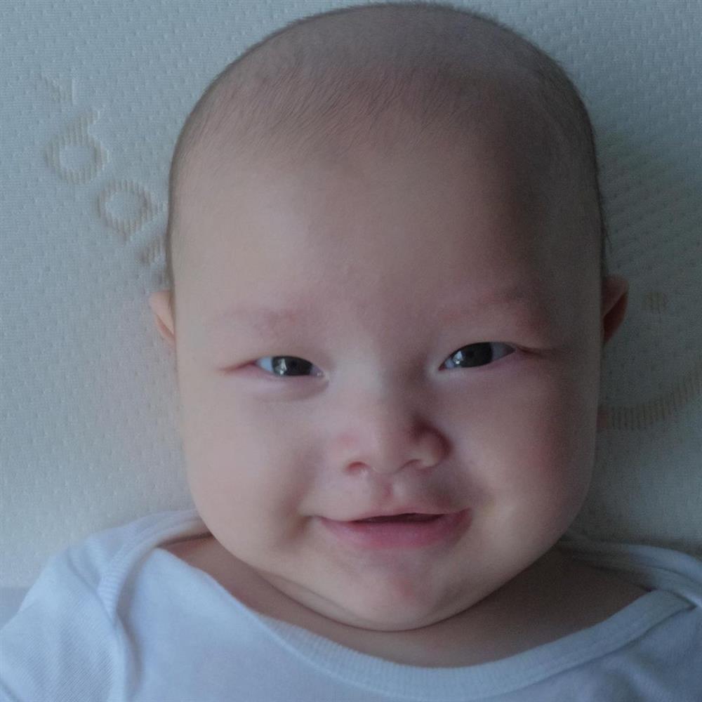 Cặp song sinh tròn 4 tháng, Hà Hồ đăng ảnh cận mặt nhìn thích mê-6