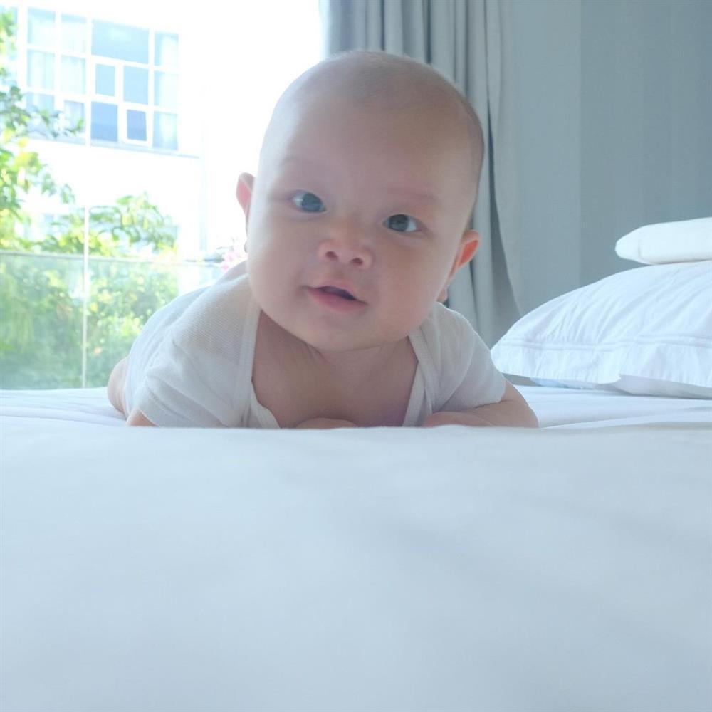 Cặp song sinh tròn 4 tháng, Hà Hồ đăng ảnh cận mặt nhìn thích mê-7