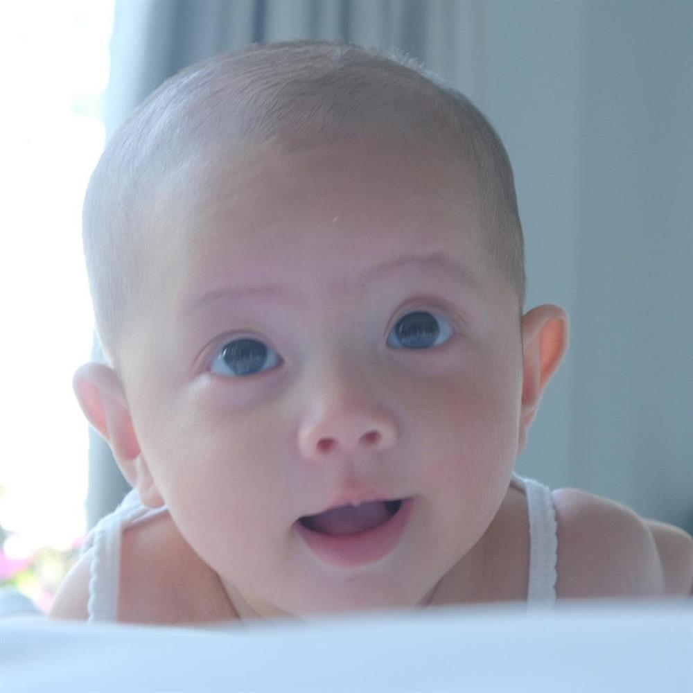 Cặp song sinh tròn 4 tháng, Hà Hồ đăng ảnh cận mặt nhìn thích mê-2