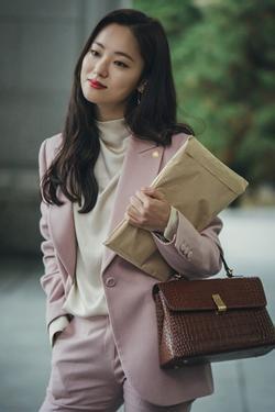 Bị chê diễn lố, 'người tình' Song Joong Ki vẫn ăn điểm nhờ đẳng cấp hàng hiệu