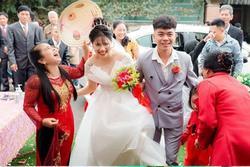 Con trai lấy vợ, phản ứng 'lạ' của mẹ chồng đi bên cạnh gây chú ý