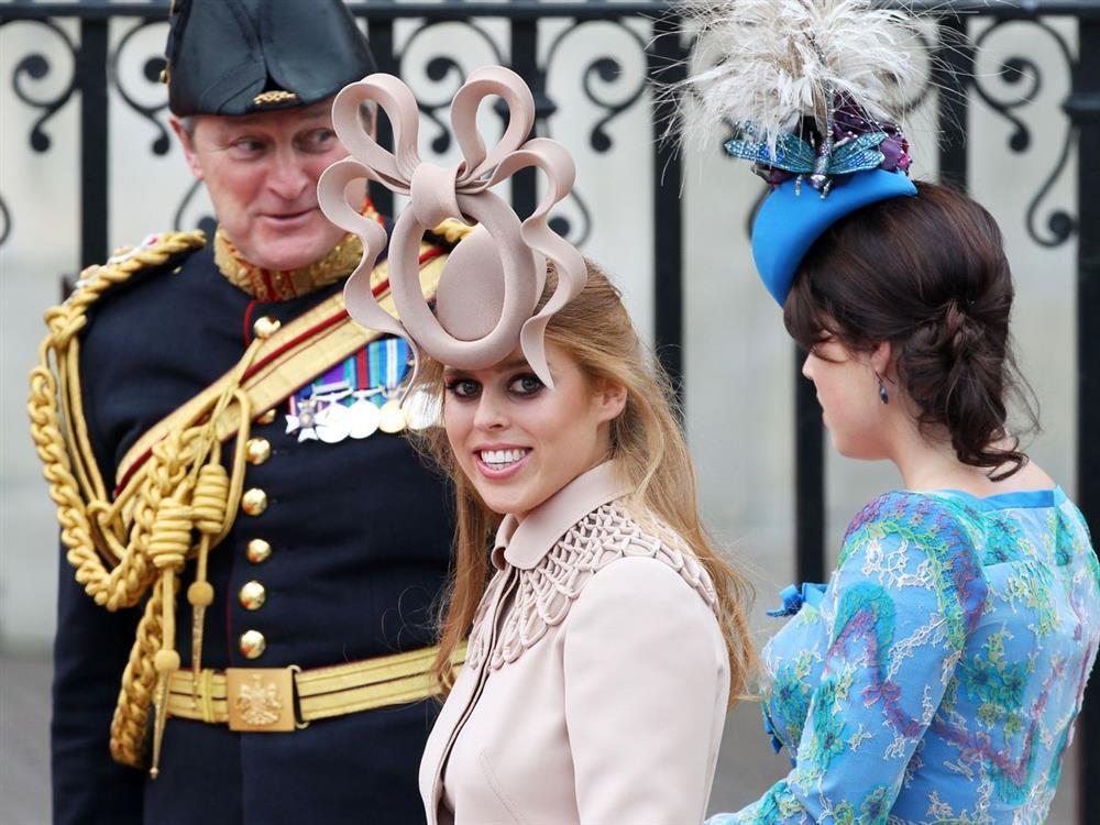 Bóc giá đồ hiệu người hoàng gia Anh mặc, đắt nhất là chiếc váy cưới 332.000 USD-2