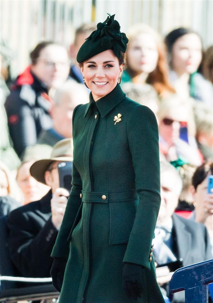 Bóc giá đồ hiệu người hoàng gia Anh mặc, đắt nhất là chiếc váy cưới 332.000 USD-3