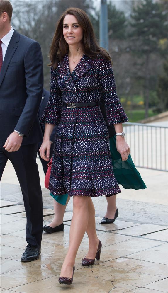 Bóc giá đồ hiệu người hoàng gia Anh mặc, đắt nhất là chiếc váy cưới 332.000 USD-6