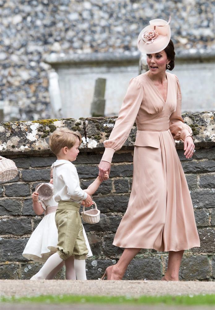 Bóc giá đồ hiệu người hoàng gia Anh mặc, đắt nhất là chiếc váy cưới 332.000 USD-10