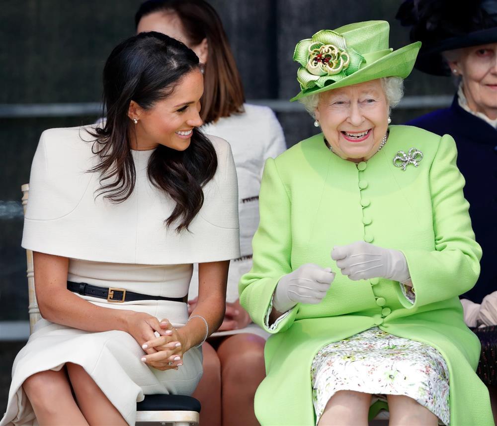 Bóc giá đồ hiệu người hoàng gia Anh mặc, đắt nhất là chiếc váy cưới 332.000 USD-11