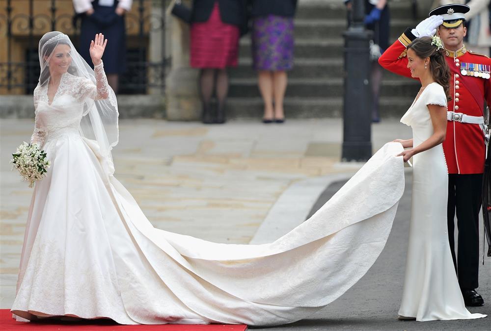 Bóc giá đồ hiệu người hoàng gia Anh mặc, đắt nhất là chiếc váy cưới 332.000 USD-15