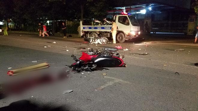 Xe máy đâm nhau nát bươm ở Sài Gòn làm 4 người bất tỉnh, 2 người tử vong-1