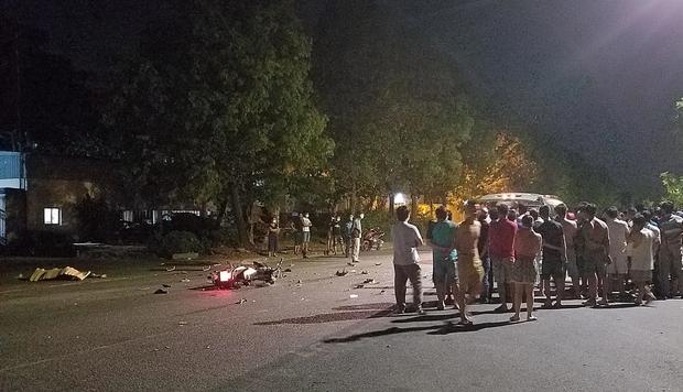Xe máy đâm nhau nát bươm ở Sài Gòn làm 4 người bất tỉnh, 2 người tử vong-2