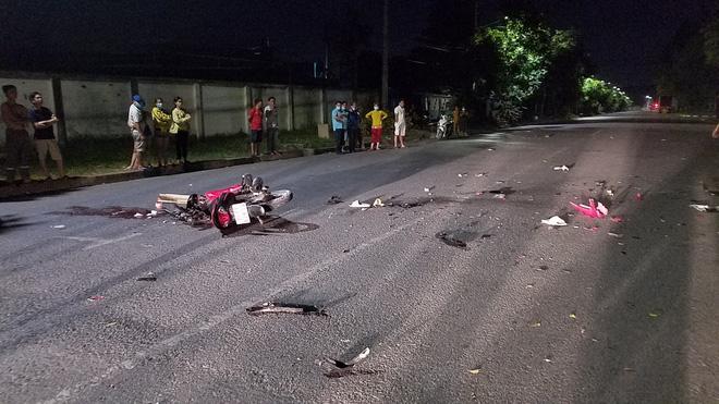 Xe máy đâm nhau nát bươm ở Sài Gòn làm 4 người bất tỉnh, 2 người tử vong-3