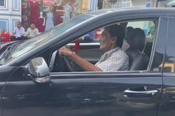 Thương Tín tự lái xe hơi về quê