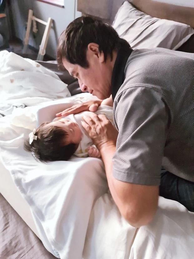 Đông Nhi lần đầu khoe ảnh ông ngoại chăm cô con gái nhỏ Winnie-1