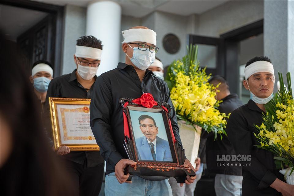 NSƯT Chí Trung cùng nhiều nghệ sĩ ngậm ngùi tiễn biệt bố Trần Hạnh-11