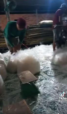 Video ghi lại cảnh làm bánh tráng trộn khiến người xem rùng mình-3