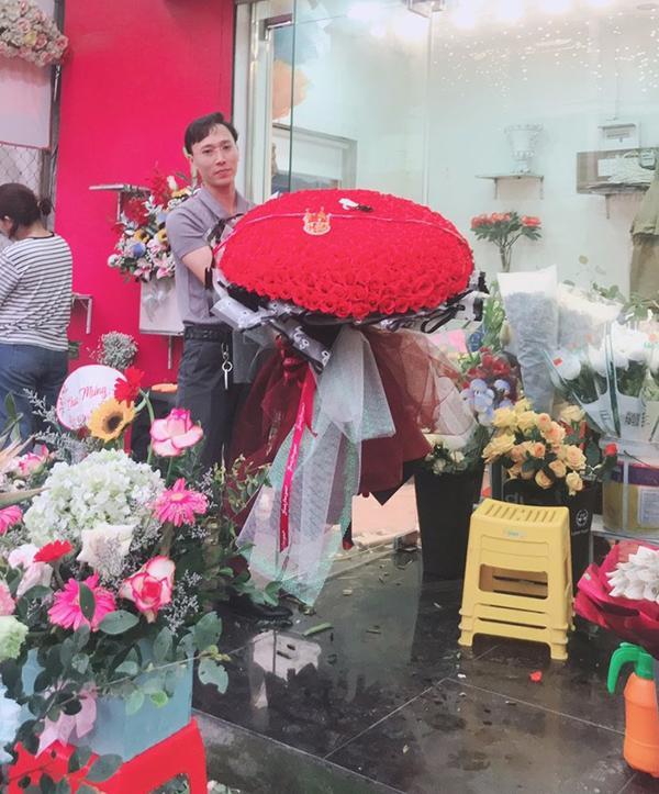 Yêu vợ như anh chồng quốc dân ở Nghệ An: đánh xe rước 500 bông hoa về tặng bà xã dịp 8/3-1