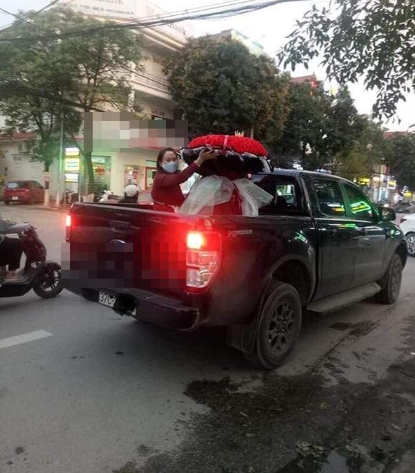 Yêu vợ như anh chồng quốc dân ở Nghệ An: đánh xe rước 500 bông hoa về tặng bà xã dịp 8/3-2