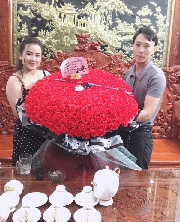Yêu vợ như anh chồng quốc dân ở Nghệ An: đánh xe rước 500 bông hoa về tặng bà xã dịp 8/3-3