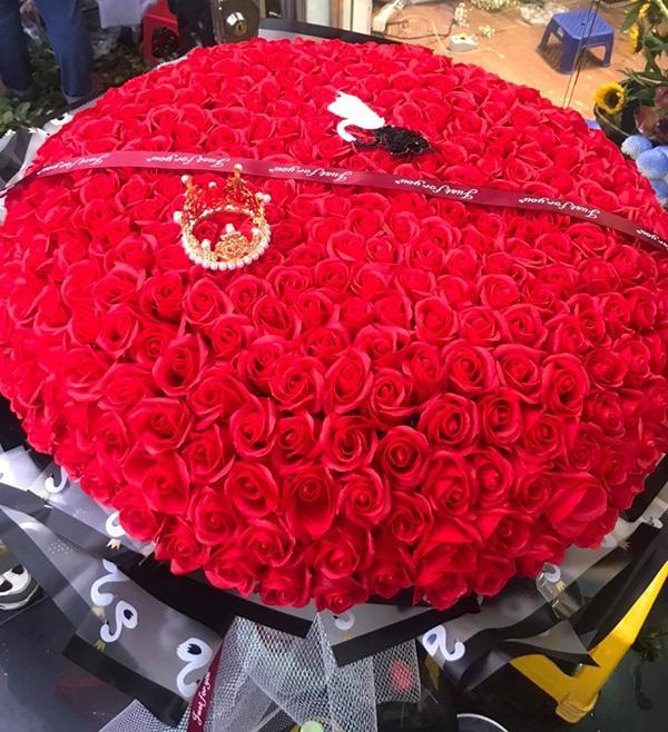 Yêu vợ như anh chồng quốc dân ở Nghệ An: đánh xe rước 500 bông hoa về tặng bà xã dịp 8/3-4