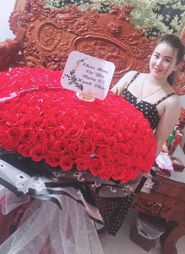 Yêu vợ như anh chồng quốc dân ở Nghệ An: đánh xe rước 500 bông hoa về tặng bà xã dịp 8/3-5