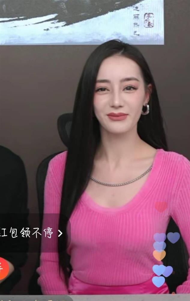 Địch Lệ Nhiệt Ba lộ mặt cứng đơ như tượng sáp trên sóng livestream-4