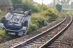 Tàu hỏa hất văng ôtô 7 chỗ, bé trai một tuổi tử vong