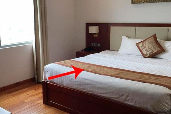 Dân mạng té ngửa vì dùng sai mục đích tấm khăn trải cuối giường trong các khách sạn-1