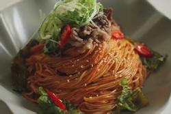 Món mì trộn thịt bò hấp dẫn của người Hàn