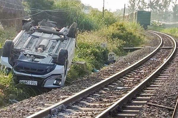 Vụ tàu hỏa đâm ôtô khiến 3 người thương vong: Nhân viên gác kéo barie chậm-1