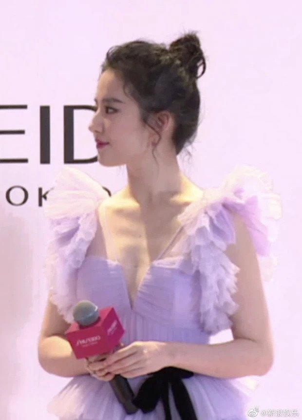 Lưu Diệc Phi khiến cả Weibo bất ngờ với body gầy đến mức lộ xương ức-3