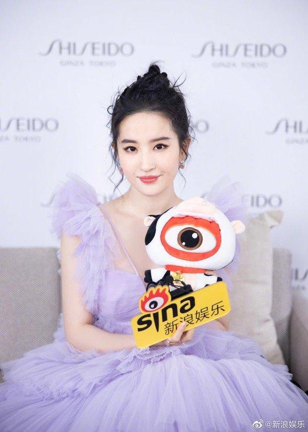 Lưu Diệc Phi khiến cả Weibo bất ngờ với body gầy đến mức lộ xương ức-7