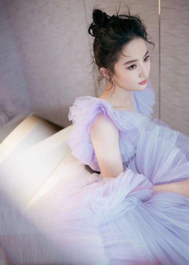 Lưu Diệc Phi khiến cả Weibo bất ngờ với body gầy đến mức lộ xương ức-9