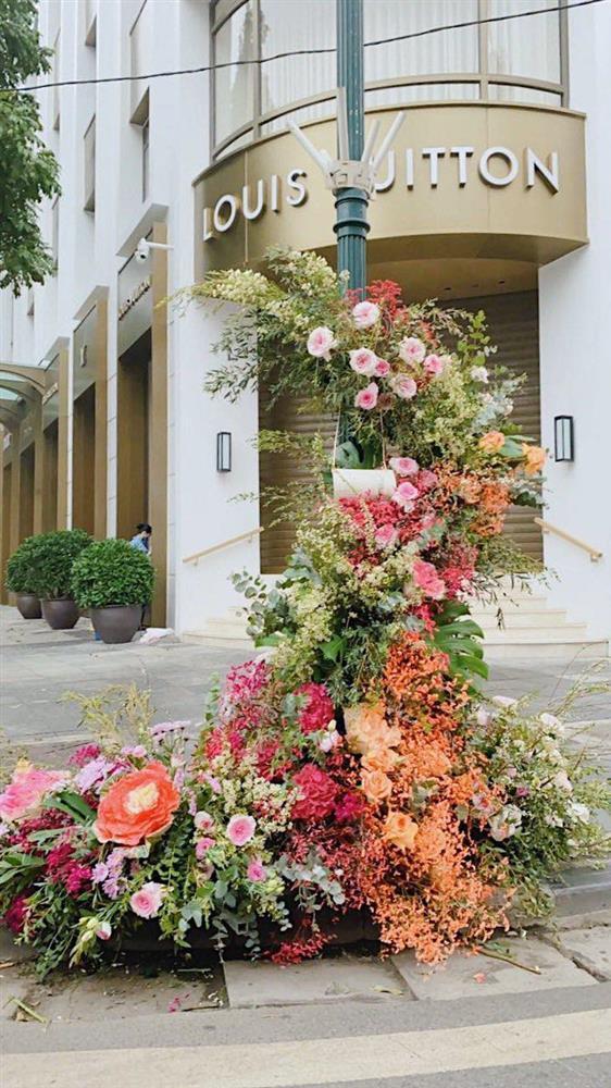 Spotlight ngày 8/3: Nhiều cột đèn Hà Nội nở hoa khiến dân tình xỉu dọc, xỉu ngang-4
