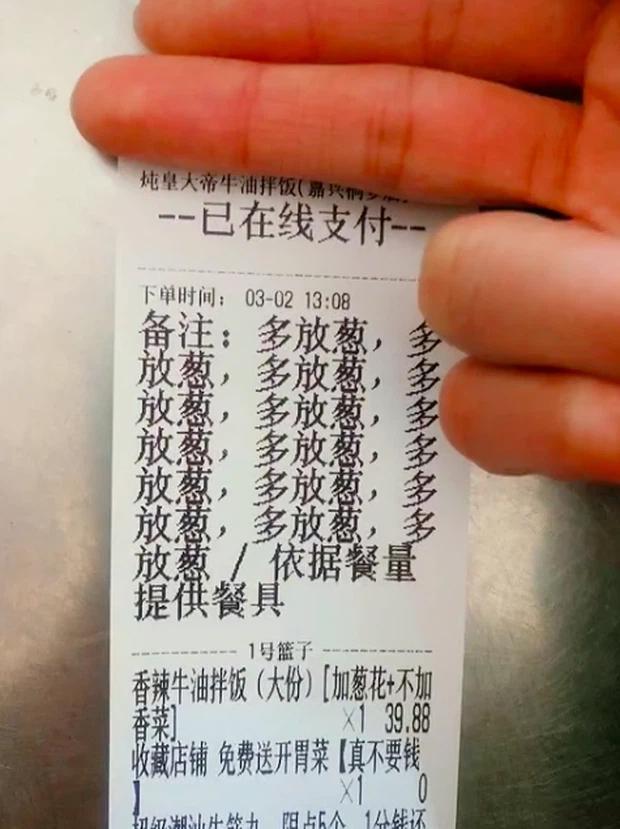 Thích ăn hành, thực khách order 15 lần vào suất ăn, nhân viên bực mình làm ra hành động choáng-1