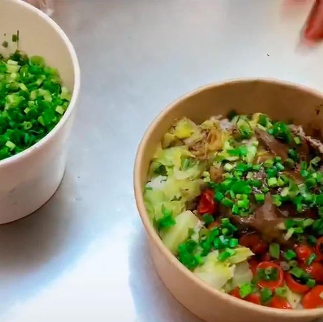 Thích ăn hành, thực khách order 15 lần vào suất ăn, nhân viên bực mình làm ra hành động choáng-2