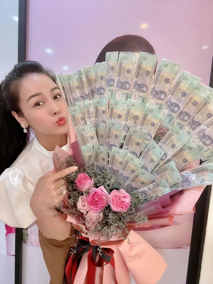 Nhật Kim Anh khiến hội chị em ghen tỵ với bó hoa tiền 8/3-1