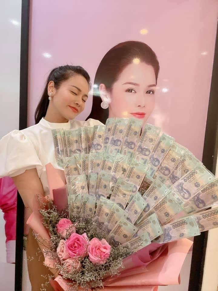 Nhật Kim Anh khiến hội chị em ghen tỵ với bó hoa tiền 8/3-2