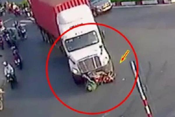 Clip: Xe container vào cua, cán qua 2 người phụ nữ rồi kéo lê gần 20m-1