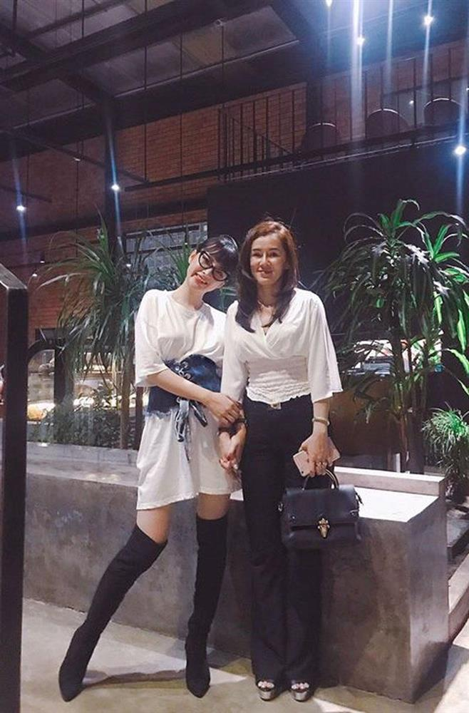 4 người mẹ sao Việt: Nhan sắc không tuổi, phong cách lấn át con gái-13